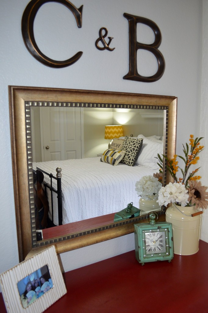 Guest-Bedroom-Decor-Vanity